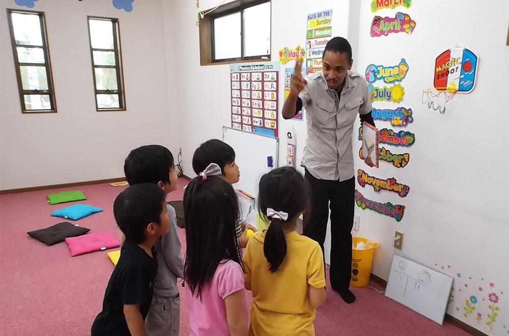 外国人講師と子どもたち