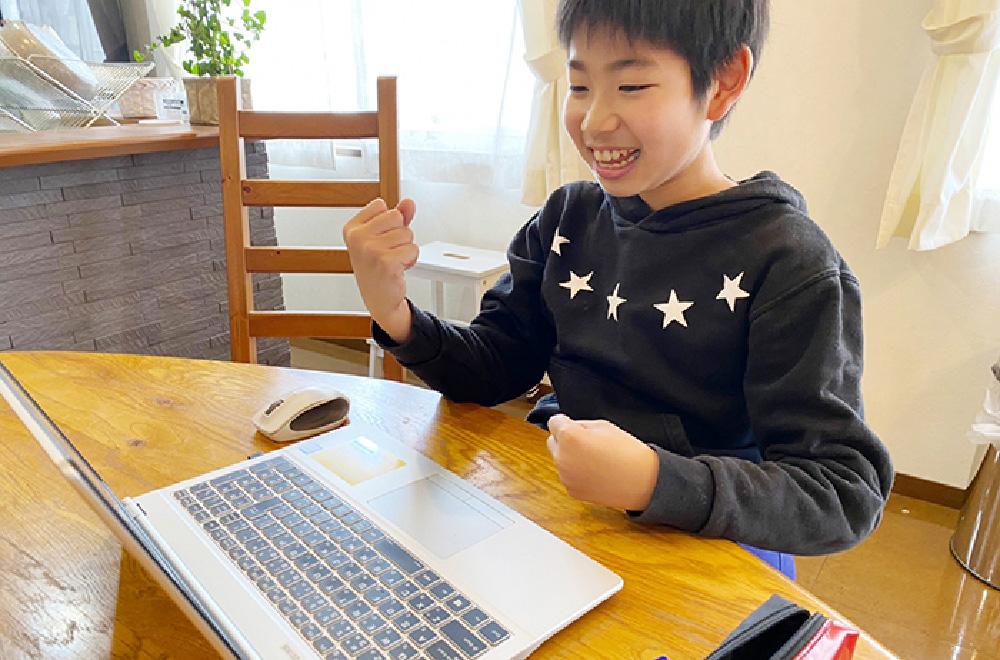パソコンに向かう男子
